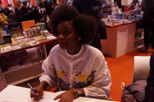 La magnifique Nathalie Avomo Essono, auteure du Petit Manuel du Cheveu Crépu