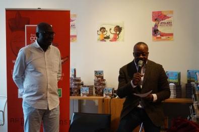 A droite, Sylvain Mpili, le directeur de la librairie