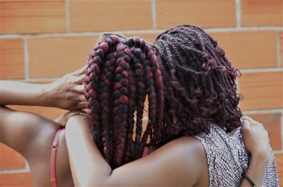 Les deux amies : Alison à gauche, Ermelinda à droite